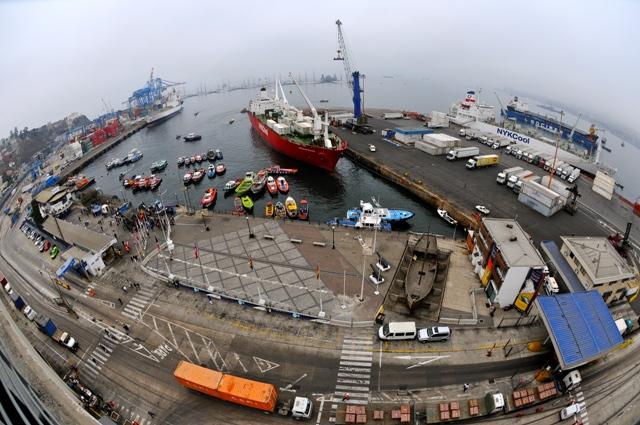 """Puerto de Valparaíso retoma operaciones y busca la """"paz social"""""""
