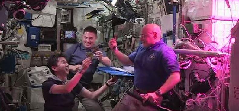 Degustan la primera lechuga cultivada en el espacio