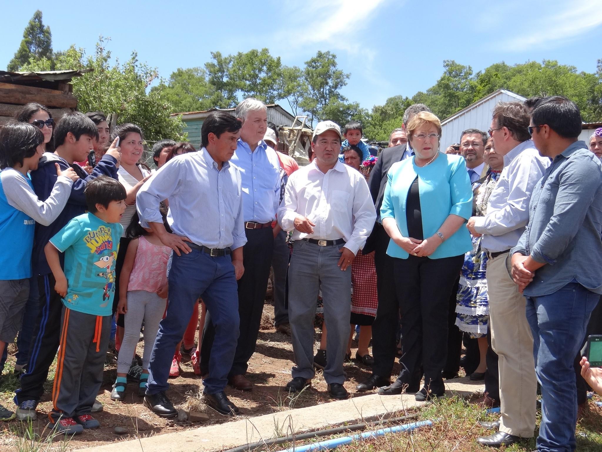 Bachelet y Furche visitan tranques para captar aguas lluvias en La Araucanía
