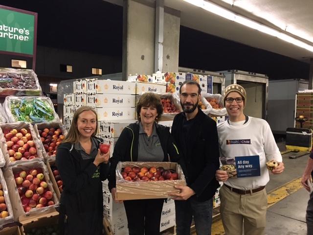 Fruta chilena es promocionada en mercado mayorista de USA