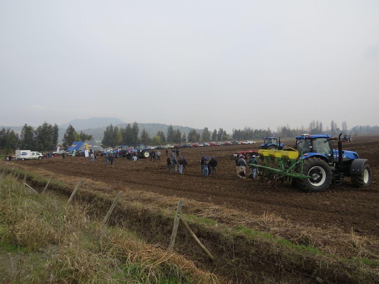 New Holland se reúne con agricultores de Pelequén para capacitarlos en sus equipos