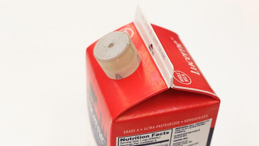 Crean un tapón inteligente que indica cuándo la leche está en mal estado
