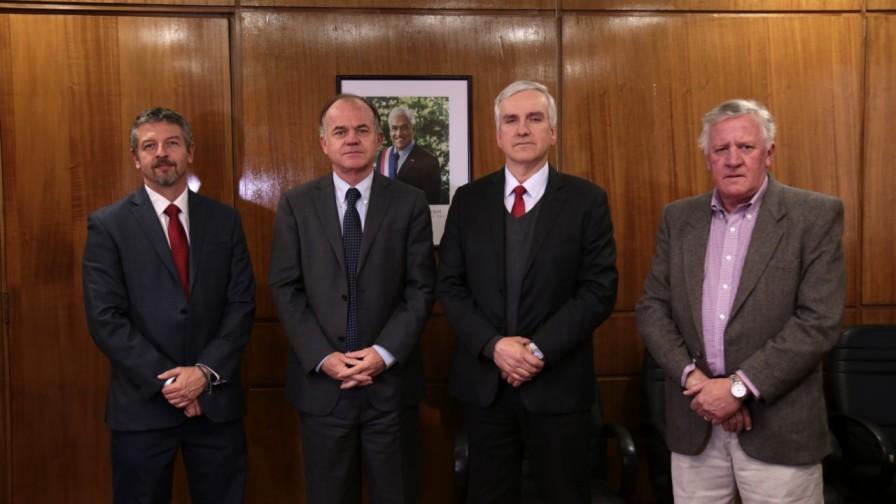 Ministro Walker indicó que la asociatividad es el nuevo horizonte para la industria láctea