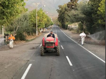 Maquinaria agrícola ayuda a desinfectar ciudades en el mundo contra el coronavirus